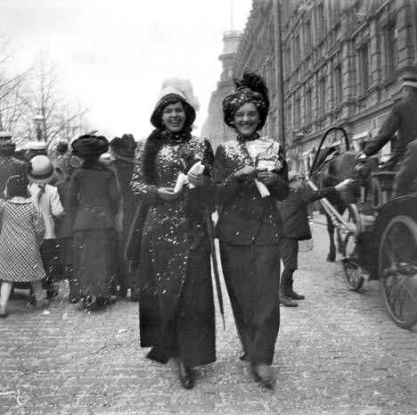 Vapunviettoa Pohjoisesplanadilla vuonna 1912.