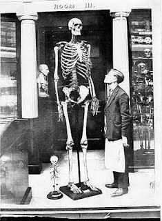 Esqueleto humano de 10 pies de altura escubierto por el sheriff Wheeling W.V.
