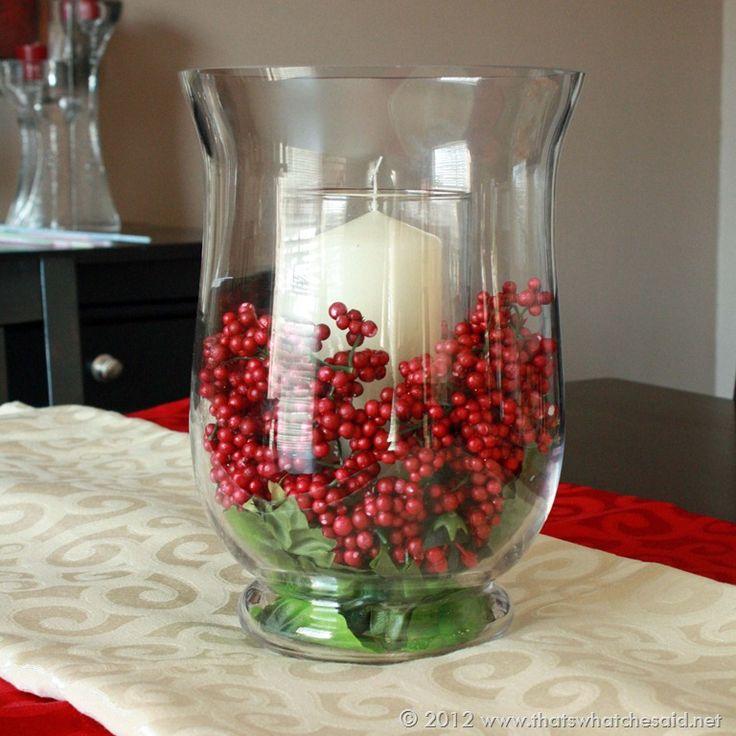 Bayas + velas son unos elementos muy decorativos para un centro de mesa navideño.