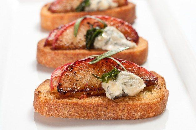 <p> Birazda tatlı ve tuzlunun enfes karışımının, vazgeçemediğimiz kızarmış ekmek dilimlerinin üzerinde nasıl durduğuna bakalım. Bir çok yemek kitabında benzerlerine rastlayabileceğiniz, pratikliğini ve lezzetini kanıtlamış bir tarif sunuyoruz şimdi sizlere. Rokfor peyniri ile karamelize edilmiş elmanın muhteşem bileşimi. Malzemeler: (16 kanepe. 20 dk.) ** Yarım paket taze tarhun yaprağı **2 …</p>
