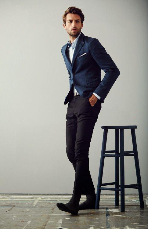 2015-02-21のファッションスナップ。着用アイテム・キーワードはジャケット, テーラード ジャケット, ポケットチーフ, 青シャツ, 黒パンツ,etc. 理想の着こなし・コーディネートがきっとここに。| No:90482