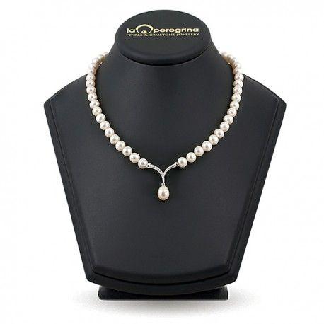 Авторское ожерелье из натурального пресноводного жемчуга белого цвета классической длины 45 см. Центральным элементом ожерелья является подвеска с натуральной жемчужиной каплевидной формы и фианитами.