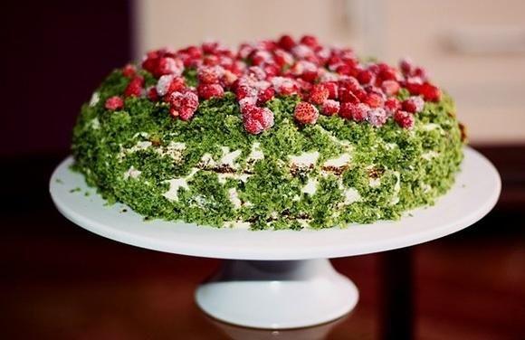Tort Leśny mech z mascarpone, truskawki i poziomki