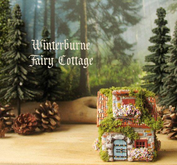 Winterburne сказочный домик - миниатюрный ручной работы, Фейри коттедж с Терракотовой крышей, цветущие цветочные ящики, каменные запись и Мшистые крыши