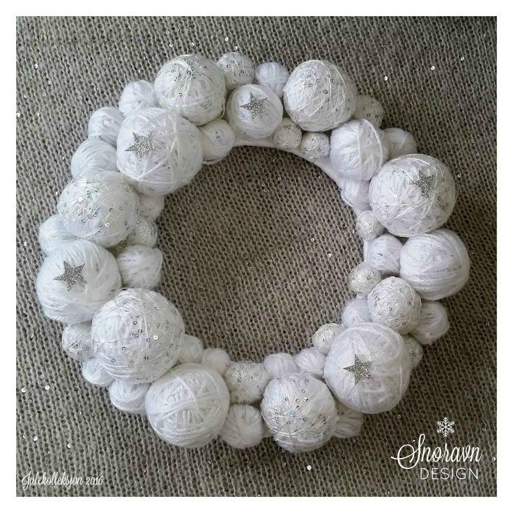 Krans av garn i hvit - Wreath of yarn in white.