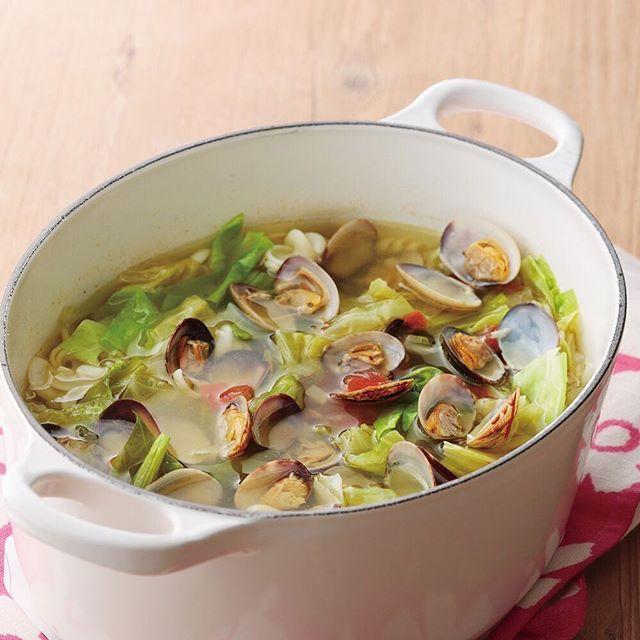 忘年会続きで胃腸が疲れている方は、「食べる胃腸薬」とも言われるキャベツをたっぷりつかったスープはいかがでしょうか。冬に採れる「寒玉」は煮くずれしにくく、甘味と風味が増して美味しく食べられるのが特徴。ル・クルーゼで煮込んだ、栄養と美味しさがぎゅっと凝縮した身体が喜ぶレシピをぜひお試しください! #ルクルーゼ #lecreuset #おうちご飯 #キャベツ #スープ #栄養 #健康 #鍋 #鋳物 #ホーロー #具だくさん ■レシピ 材料 [6人分/ココット・オーバル25cm使用] あさり(殻付き) 300g 塩 適宜 トマト 小1個 セロリ 1本 玉ねぎ 1/2個 ニンニク 1片 春キャベツ 5枚 ショートパスタ(フジッリなど) 60g オリーブオイル 大さじ1と1/2 白ワイン 1/2カップ (A) ・固形スープ 1/2個 ・水 5カップ ・サフラン 適宜 ・ローリエ 1枚 塩・こしょう 少々 <作り方> 1. あさりはかぶる程度の薄い塩水につけて砂出しをし、水洗いする。 2…