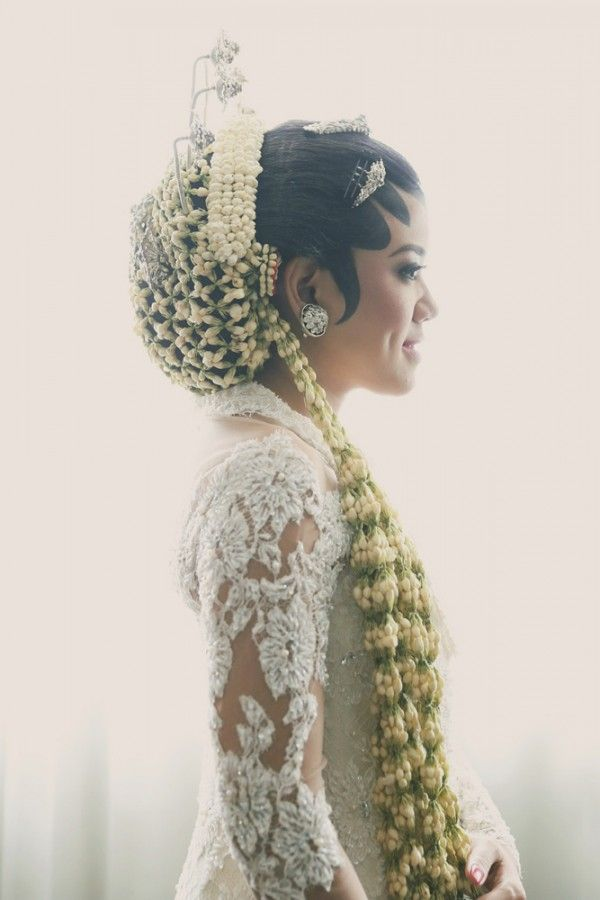 Jakarta bride featured in Wedding Guide Asia / Photo by Antijitters Photography  http://www.weddingguideasia.com/wed/real-wedding-the-star-wars-wedding/