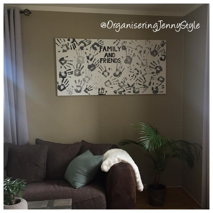 DIY family photo handprint. A different way to make a family photo. Love this decor on our wall, inclued family and friends in our everyday life. And it's so fun to make. Try it your self. Made by OrganiseringJennyStyle, check out @OrganiseringJennyStyle at instagram