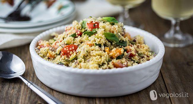 L'insalata di cous cous con tahina è un primo veloce, fresco e molto saporito. E' possibile consumarlo caldo oppure freddo.