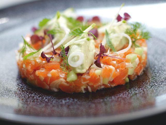 Voici une recette sucré salé de tartare de saumon et pomme. Cette entrée facile à faire réalise l'alliance parfaite du poisson et des fruits. Bon Appétit !
