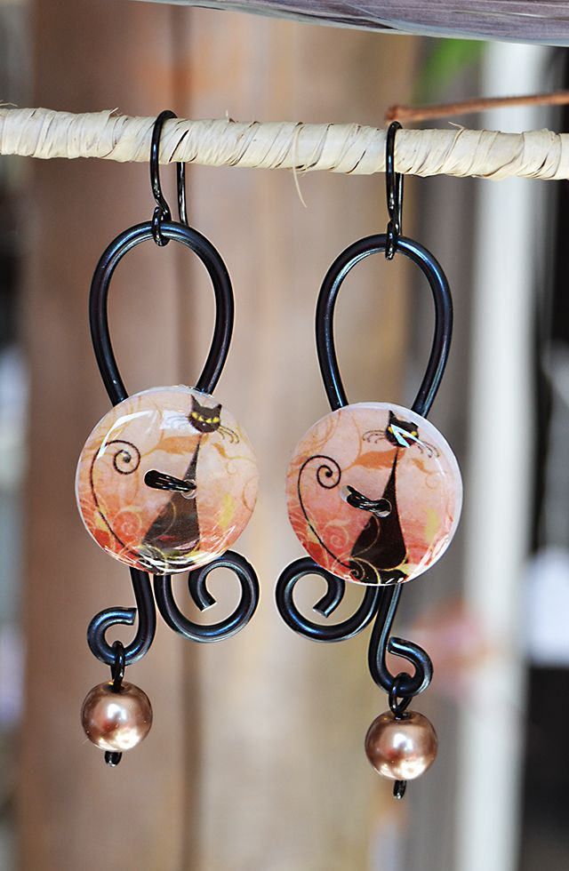 Boucles d'oreilles chats en fil d'aluminium noir et boutons de résine chat