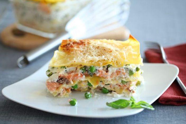 Рыбная лазанья с творогом и зеленым горошком. Лазанья – изумительное блюдо итальянской кухни популярное во всём мире. Сегодня в магазинах можно приобрести уже готовые пластины для приготовления этого сытного блюда. Их достаточно отварить, согласно инструкции, и использовать для лазаньи. Начинки могут быть самыми разнообразными. Сыр и зелень, овощи, мясной фарш, творог, кусочки рыбы и морепродукты. Самый обязательный ингредиент – это сыр.
