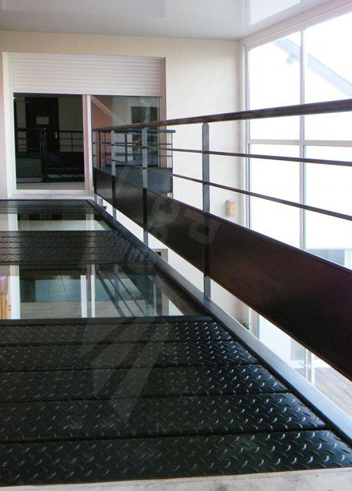 Photo dh101 passerelle en acier et verre au design for Photo interieur contemporain