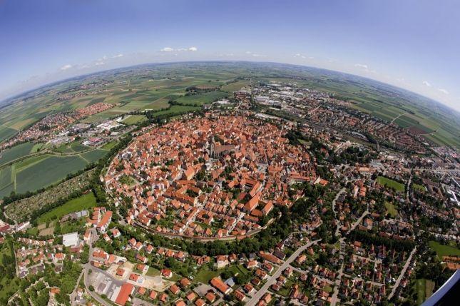 Городок Нердлинген Баварский был построен точно в кратере от упавшего на Землю 14 миллионов лет назад метеорита.