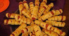 1 kg salsicha de peru (pode ser de Hot Dog) - 1 pacote de massa fresca em rolo para pastel - 1 gema - Mostarda - Catchup -