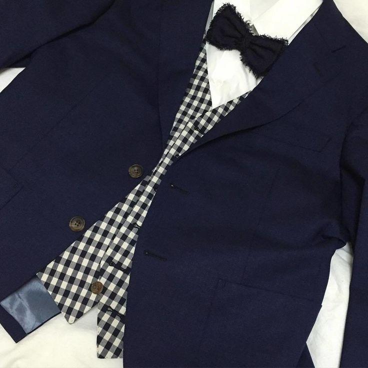 麻布テーラーでオーダーされたご新郎さまのスーツに、 挙式用の蝶ネクタイはTOMORROWLANDでご購入。 インに合わせた、チェック柄のベストがオシャレ!