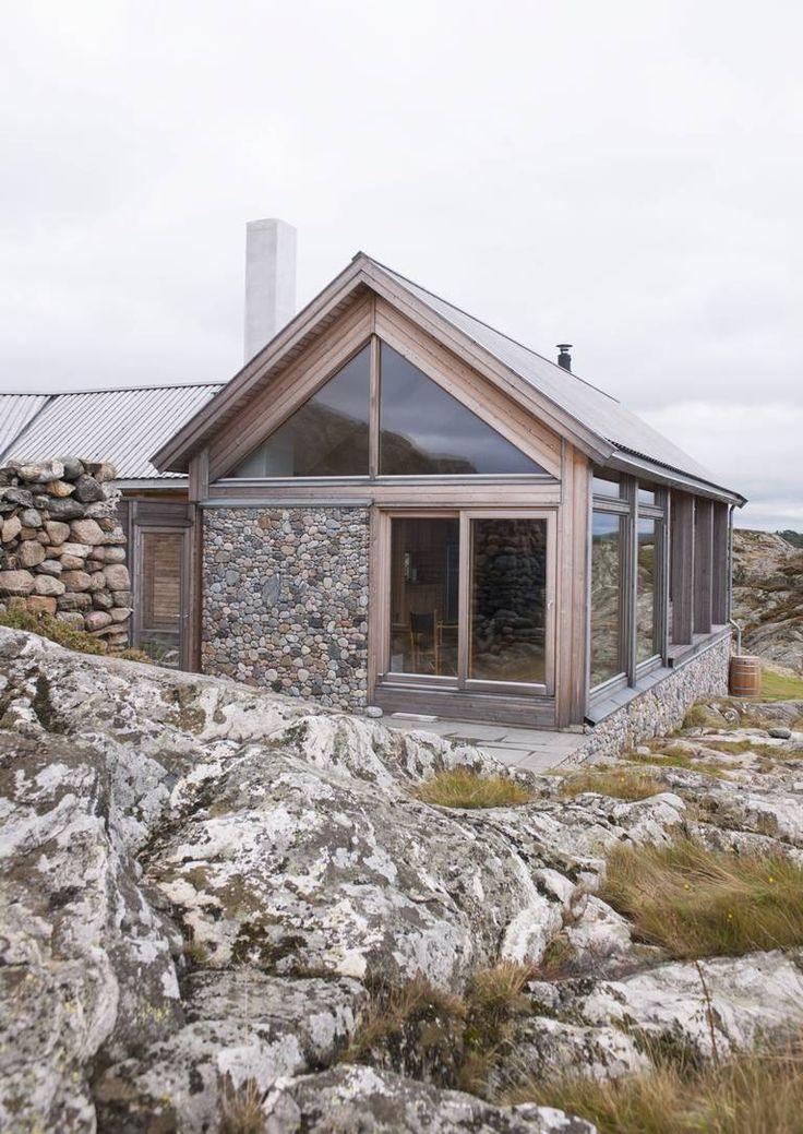 LERK OG RULLESTEIN: Denne hytta på Hvaler er tegnet av arkitekt Cecilie Wille. Utvendig kledning og tak er i lerk kjerneved. Deler av hytteveggen mot vest er belagt med rullesteiner. I tillegg til å beskytte hytta mot vær og vind, er det et dekorativt innslag, som en slags fortsettelse av landskapet omkring hytta.