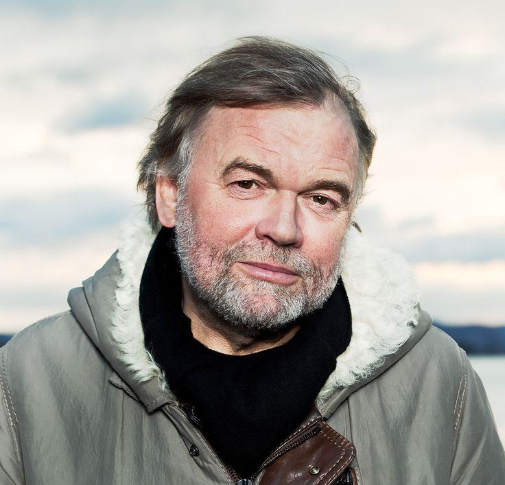 """Jostein Gaarder (* 8. srpna 1952, Oslo) je norský spisovatel knih převážně pro děti a mládež. Jostein studoval skandinávské jazyky a teologii na univerzitě v Oslu, v letech 1981–1991 vyučoval filosofii a literaturu na vysoké škole v Bergenu. V této době napsal spolu se svými kolegy šest učebnic k dějinám náboženství a filosofie. Mezinárodní úspěch Sofiina světa: """"románu o dějinách filozofie"""" vydaného v roce 1991 mu umožnil se psaním živit."""