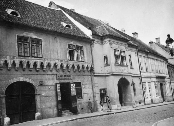 Országház utca a Fortuna közből nézve.