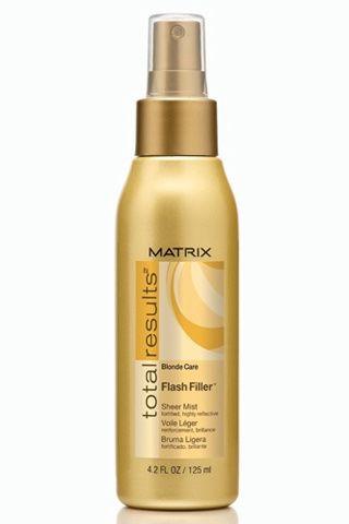 Flash Filler, de Matrix Conserva el dorado natural protegiéndolo con este spray que nutre y evita los efectos nocivos del sol en tu cabello. Evita el tono amarillento y favorece el brillo más bonito y natural.