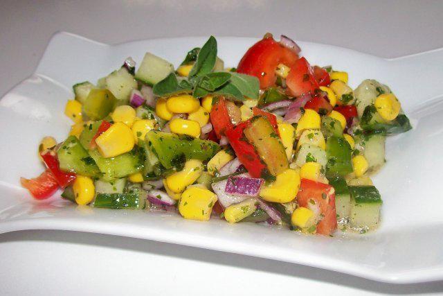 Das perfekte Bunter gemischter Salat mit Honig-Senf-Dressing-Rezept mit einfacher Schritt-für-Schritt-Anleitung: Paprikaschoten und Salatgurke putzen und…