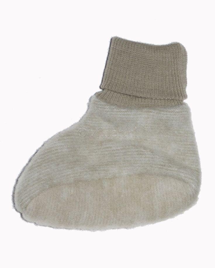 Wollen slofjes met rekbare boorden. Door de aansluitende boorden blijven de slofjes goed zitten bij je baby. Het materiaal van de slofjes is zacht, dik, luchtig en licht.De maatjes 38-44 en 50-56 hebben geen antislip op de zooltjes, maatjes 62-68 en 74-80hebbendit wel.  Gemaakt van (100%) wol-fleece. Merk: Cosilana