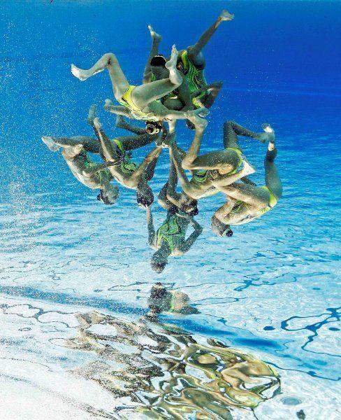 Die komplizierten Figuren der Synchronschwimmerinnen sehen um 180 Grad gedreht...