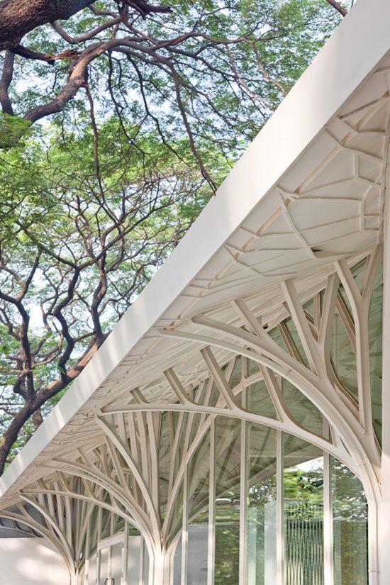 """The Tote / Serie Architects Une réalisation architecturale inspirée de la morphologie des arbres, intitulée: """"The Tote"""" à Bombay en Inde.  Un futur complexe de bars-restaurants pour lesquels Chris Lee et Kapil Gupta de Serie Architects ont imaginé une forêt blanche et enchantée de fins troncs d'arbres, permettant aux convives de se croire en promenade sur un dense chemin forestier."""