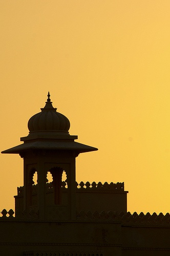 Sunset over The Oberoi Udaivilas' merlon walls and gazebo (captured by our guest and flickr user Walter Schärer)