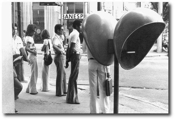 fila em orelhão Antes da popularização do telefone celular, fila para usar telefone público era rotina