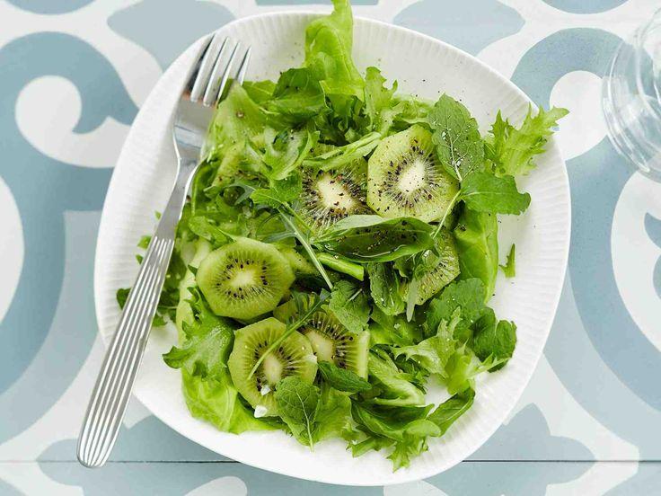 Lisää halutessasi salaattiin juustoa, niin se muuttuu ruokaisammaksi.