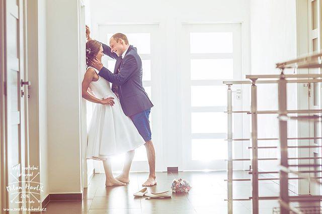 Minulý týden jsem byl fotit svatbu ve Vodné u Kamenice nad Lipou. Byla to velká paráda a jedna nekonečná zahradní párty. Moc díky Míše a Radkovi, že jsem mohl být fotograf na jejich svatbě a udělat třeba tuto fotku u nich doma na chodbě... #svatba #wedding #svatebnifoto #weddingphoto #svatebnifotograf #weddingphotographer #czechwedding #czech #czechphotographer #czechweddingphotographer #nevesta #zenich #vodna #kamenice #kamenicenadlipou #chodba #svatebnifocenidoma #kousekodloznice…