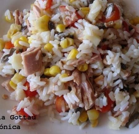 Ensalada de arroz, atún y vegetales. Receta saludable