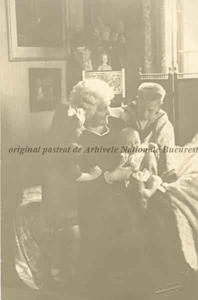 Regina Elisabeta a României (Carmen Sylva) cu ultimii trei copii ai Reginei Maria (Missy): Nicolae (Nicky), Ileana şi Mircea, 1913.