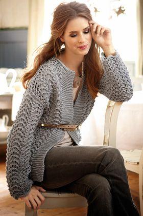 Dekorativt bølgemønster og bred, retstrikket forkant giver jakken her et flot, enkelt udtryk – luk den med en broche eller et bælte