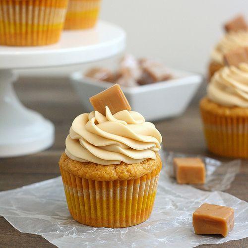 Brown beurre de citrouille Cupcakes avec glaçage caramel au fromage
