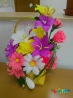 Cos galben cu flori din hartie creponata