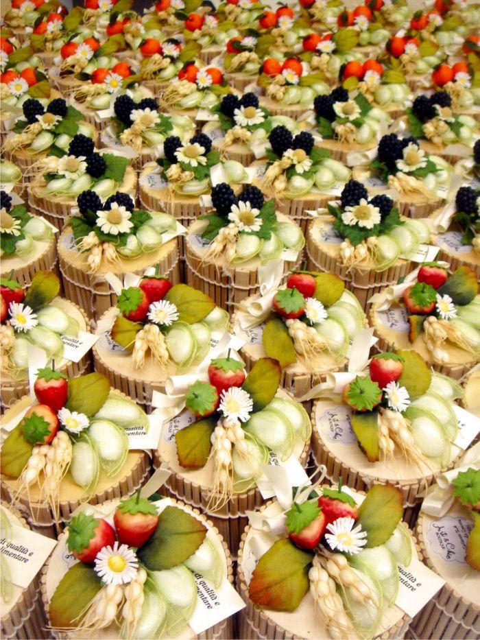Bomboniere enogastronomiche country chic marmellate in scatole di bamboo e bouquet fruttati