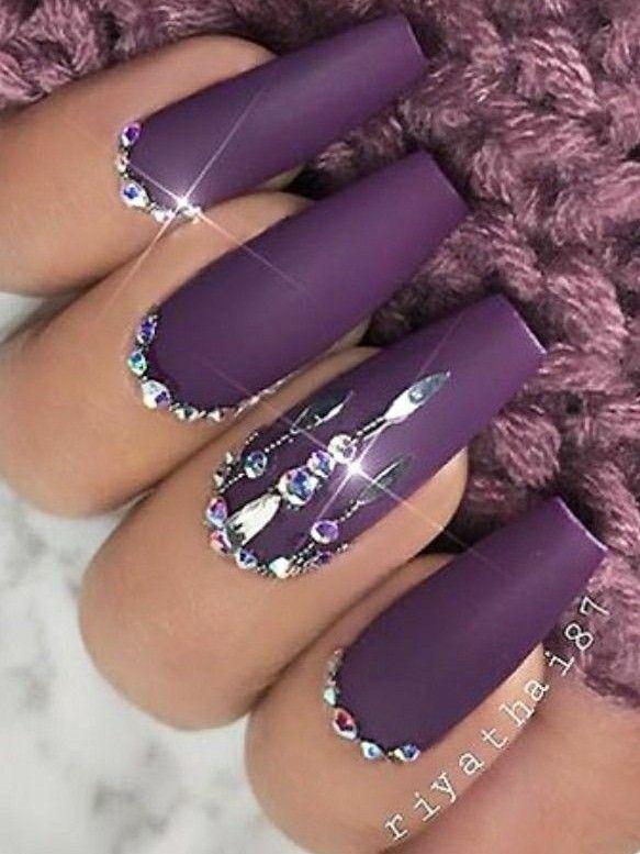 Lila Matte Nägel. Nägel mit Strasssteinen. Konische quadratische Nägel. Acrylnägel