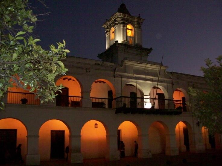 Cabildo, frente a la Plaza 9 de Julio