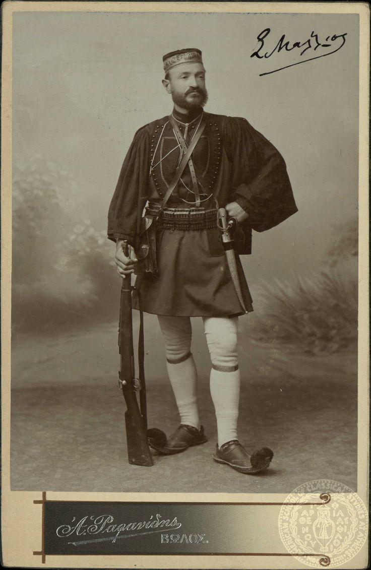 Πορτρέτο του οπλαρχηγού Στέφανου Μάλλιου Το πραγματικό όνομα του Σ. Μάλλιου ήταν Στέφανος Δούκας και ήταν υπολοχαγός του Ελληνικού Στρατού. Ανέβηκε στην Μακεδονία τον Μάρτιο του 1905.