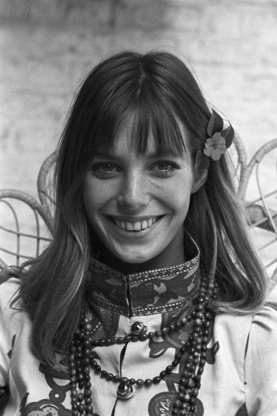 Londres, 28 septembre 1967, Portrait de la chanteuse Jane BIRKIN assise sur une chaise en osier, habillée à la mode hippie. Elle porte une tunique brodée à col montant, accessoirisée d'une collier de perle, des fleurs dans ses cheveux.
