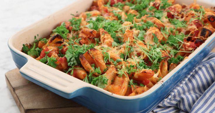 Gratinerad pasta med mustig tomatsås, pecorino, taleggio och goda charkuterier. Perfekt rätt att laga om du har rester från helgen charkbricka.