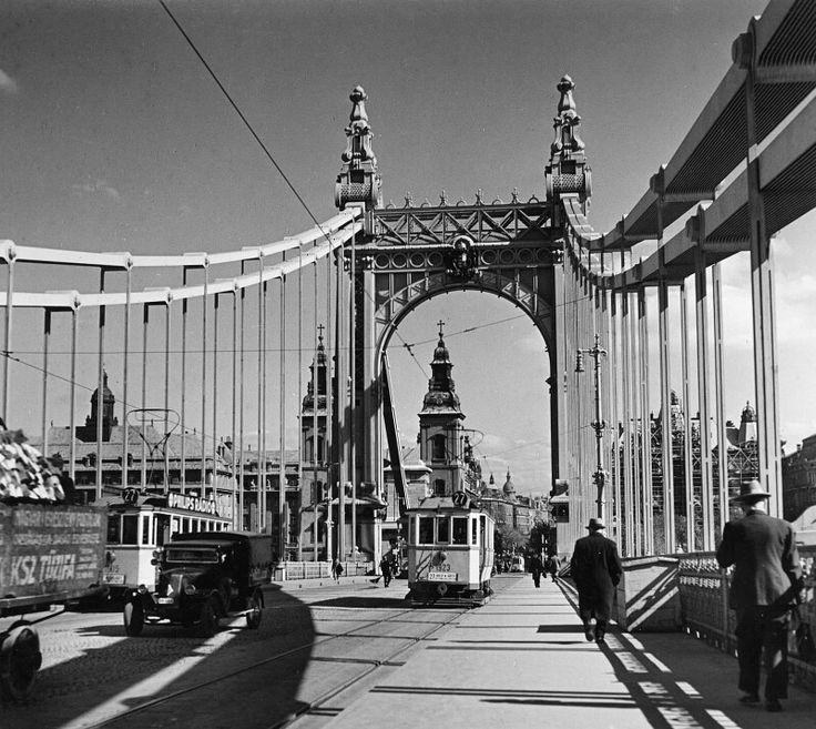 1936. Erzsébet híd, a hídról Pest felé nézve, 27-es villamosokkal
