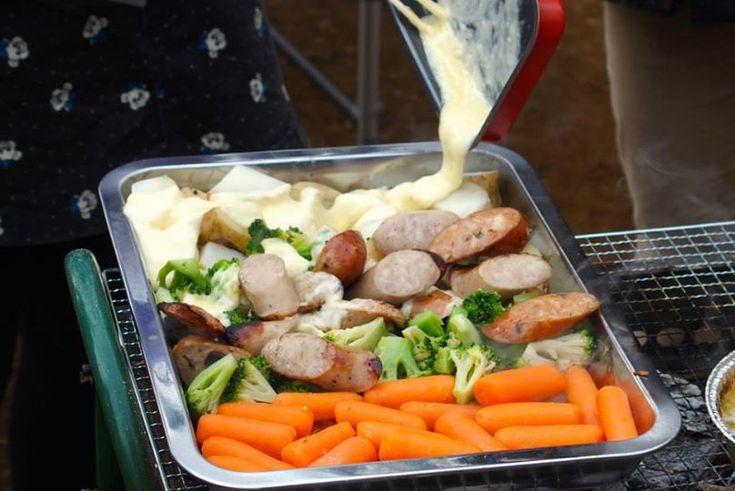 BBQでラクレットチーズを食べるときは、バットを用意すれば、食材もチーズも冷めなくて、熱々のまま最後まで食べることができます。