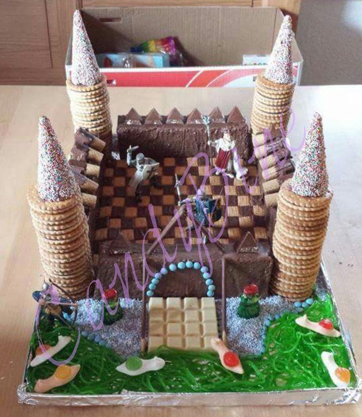 Bei der #Ritterburg bestehen eigentlich nur die 4 Seitenwände aus Kuchen. die Türme sind aus Prinzenrolle und Eistüten gemacht. Außerdem wurde Toblerone, Waffelröllchen Rittersport und Gummibärchen für die Deko verwendet.   Die Ritter und der König sind kleine Figuren