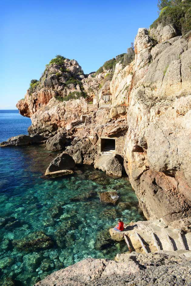 Vuoristoon piiloutunut Deiàn taiteilijakylä on Mallorcan idyllisimpiä sopukoita. Ken malttaa, voi retkeillä sieltä lähiseudun pikkukaupunkeihin ja kirkasvetisiin rantapoukamiin.
