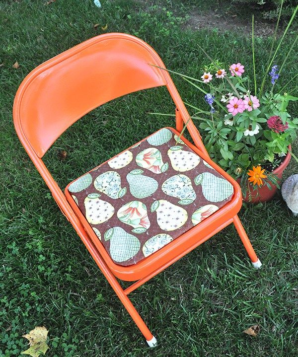 spray paint metal folding chair makeover