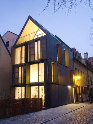 Wohnhaus in augsburg geneigtes dach wohnen for Minimalismus im haus buch