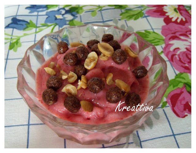 Kreattiva: Gelato di fragola arricchito con nocciole e palline di cereali al cioccolato